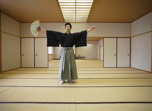日本舞踊の稽古をする若い男性の写真素材 [FYI01890775]