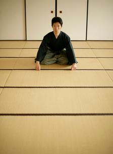 日本舞踊の稽古をする若い男性の写真素材 [FYI01890823]