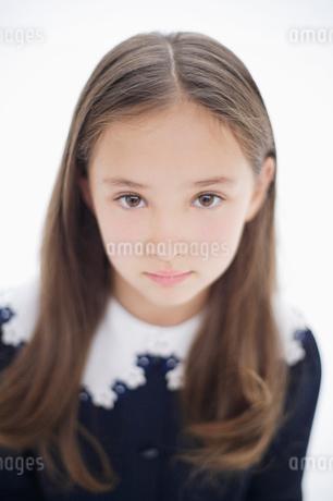 見つめる女の子の写真素材 [FYI01891005]