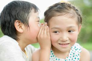 内緒話をする子供達の写真素材 [FYI01891051]