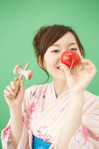 剣玉で遊ぶ浴衣姿の女性の写真素材 [FYI01891093]