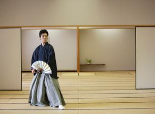 日本舞踊の稽古をする若い男性の写真素材 [FYI01891179]