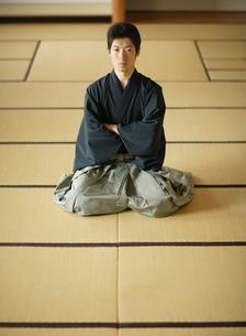 日本舞踊の稽古をする若い男性の写真素材 [FYI01891219]