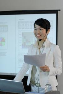 資料を手に演台で話をする女性の写真素材 [FYI01891221]