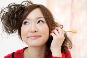 耳かきをする女性の写真素材 [FYI01891312]