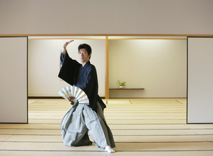 日本舞踊の稽古をする若い男性の写真素材 [FYI01891335]