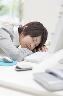 眠りこける女性の写真素材 [FYI01891817]
