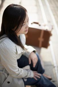 遠くを見つめる日本人女性の写真素材 [FYI01891833]