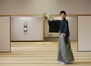 日本舞踊の稽古をする若い男性の写真素材 [FYI01891846]