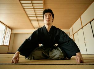 日本舞踊の稽古をする若い男性の写真素材 [FYI01891872]