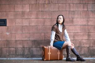 トランクに座る日本人女性の写真素材 [FYI01891978]