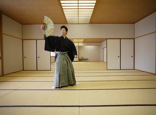 日本舞踊の稽古をする若い男性の写真素材 [FYI01891989]