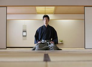 日本舞踊の稽古をする若い男性の写真素材 [FYI01892041]