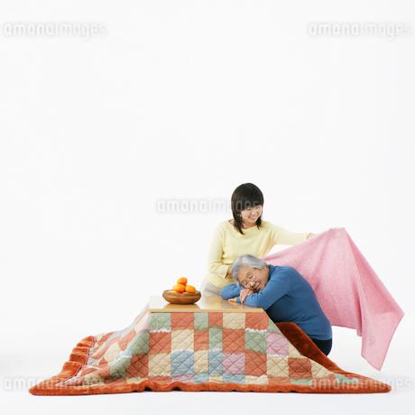 祖母に毛布をかける孫の写真素材 [FYI01892460]