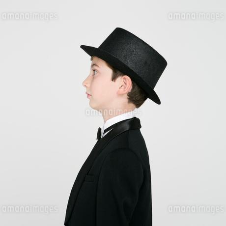 タキシードを着た男の子の横顔の写真素材 [FYI01892602]