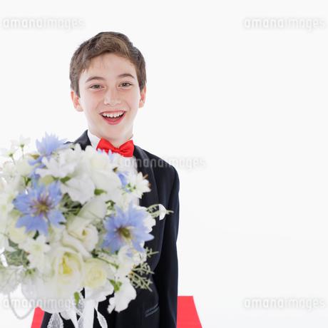 花束を持つ男の子の写真素材 [FYI01892677]