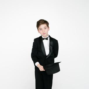 タキシードを着て帽子を持つ男の子の写真素材 [FYI01892706]