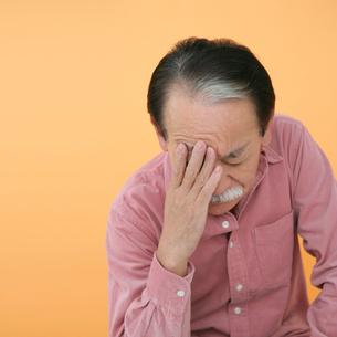 手で顔を覆う男性の写真素材 [FYI01892826]
