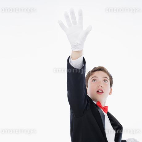 手を上げる男の子の写真素材 [FYI01892834]