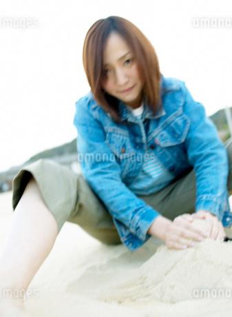 砂を集める女性の写真素材 [FYI01892959]