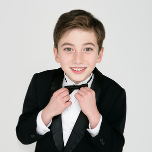 蝶ネクタイを直す男の子の写真素材 [FYI01893057]