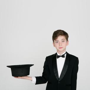 タキシードを着て帽子を持つ男の子の写真素材 [FYI01893127]