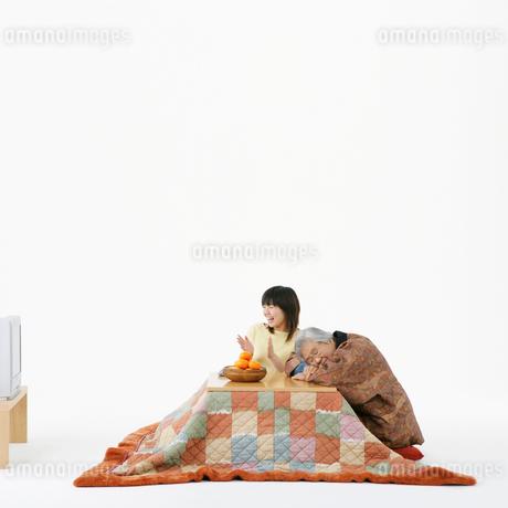 コタツで寛ぐ女性の写真素材 [FYI01893154]