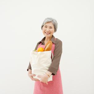 買い物袋を持つ女性の写真素材 [FYI01893241]