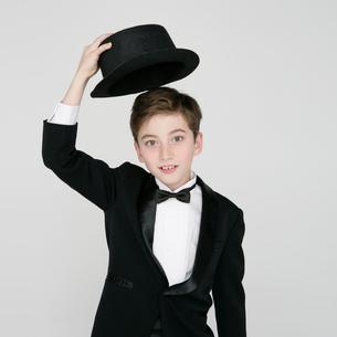 タキシードを着て帽子を持つ男の子の写真素材 [FYI01893334]