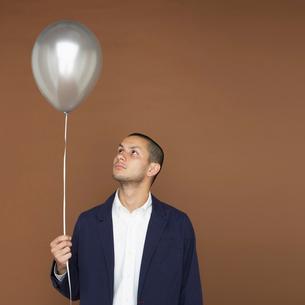 風船を持つ男性の写真素材 [FYI01893346]