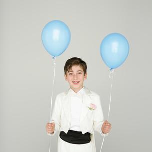 風船を持つタキシードを着た男の子の写真素材 [FYI01893583]