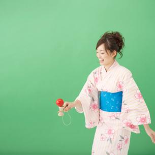 けん玉で遊ぶ浴衣姿の女性の写真素材 [FYI01893653]