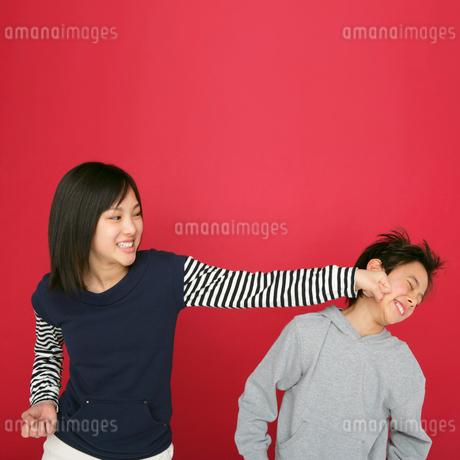 男の子にパンチする女の子の写真素材 [FYI01893694]