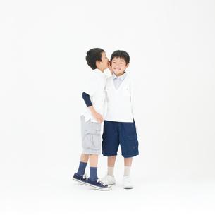 内緒話をする男の子の写真素材 [FYI01893858]