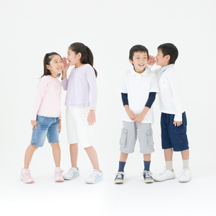 内緒話をする子供達の写真素材 [FYI01893896]