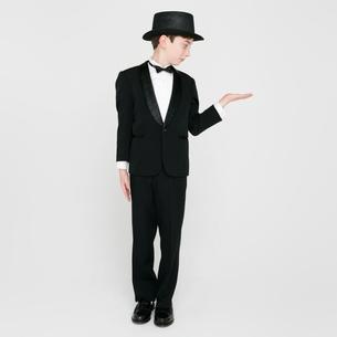 横を見るタキシードを着た男の子の写真素材 [FYI01893904]