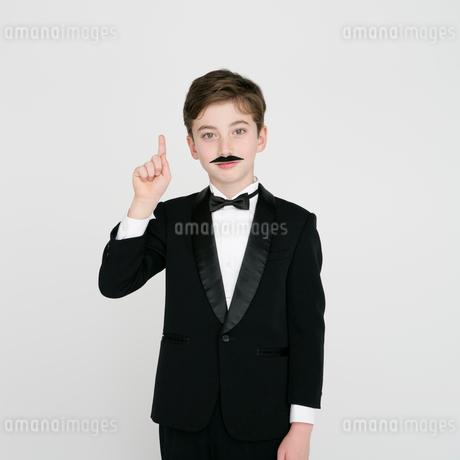 指さすタキシードを着た男の子の写真素材 [FYI01893932]
