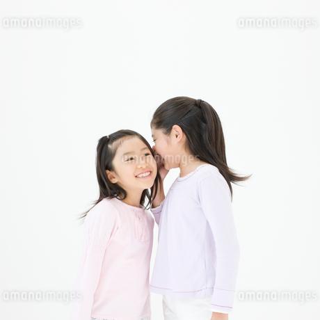内緒話をする女の子の写真素材 [FYI01893946]