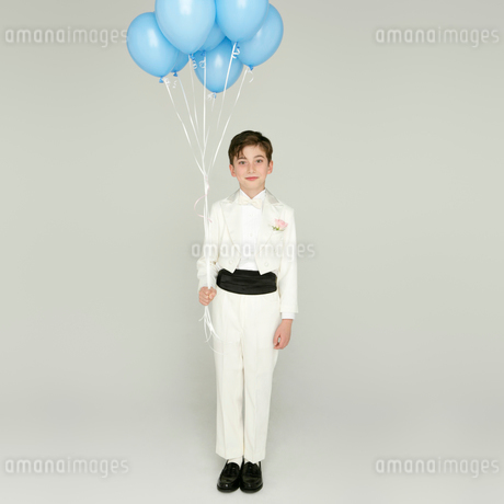 風船を持つタキシードを着た男の子の写真素材 [FYI01894149]