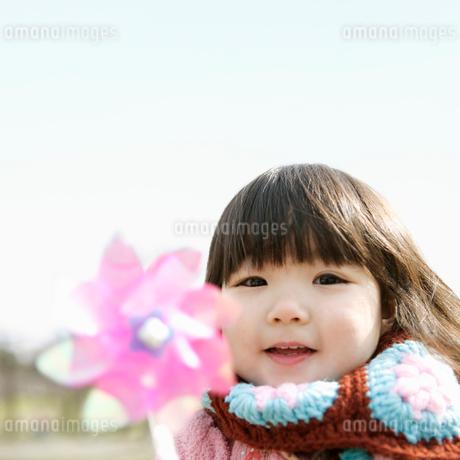 風車を持つ女の子の写真素材 [FYI01894169]