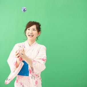 お手玉で遊ぶ浴衣姿の女性の写真素材 [FYI01894202]