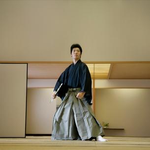 袴姿で和室に立つ男性の写真素材 [FYI01894216]