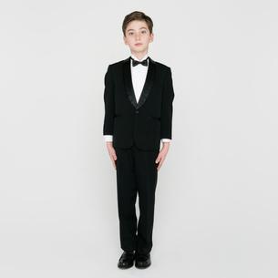 タキシードを着て立つ男の子の写真素材 [FYI01894270]