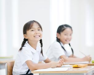 笑う女の子の写真素材 [FYI01894521]