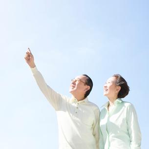 指さして見上げるシニア夫婦の写真素材 [FYI01894837]