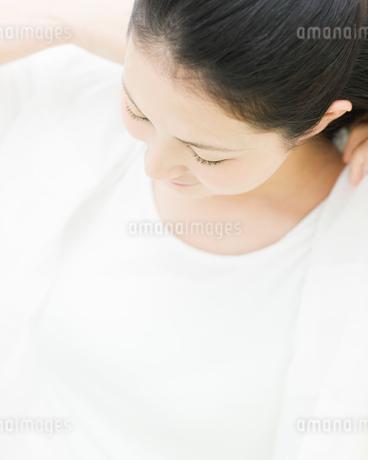 シャツを羽織る女性の写真素材 [FYI01894940]