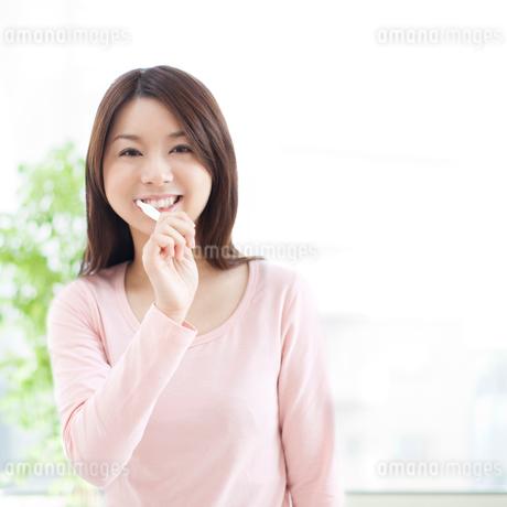 歯を磨く女性の写真素材 [FYI01895230]