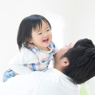 父親に抱き上げられる女の子の写真素材 [FYI01895279]