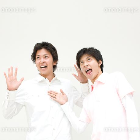 おどける二人の男性の写真素材 [FYI01895312]