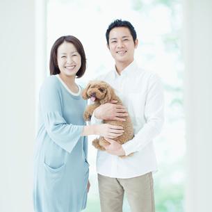 笑う夫婦と犬の写真素材 [FYI01895468]